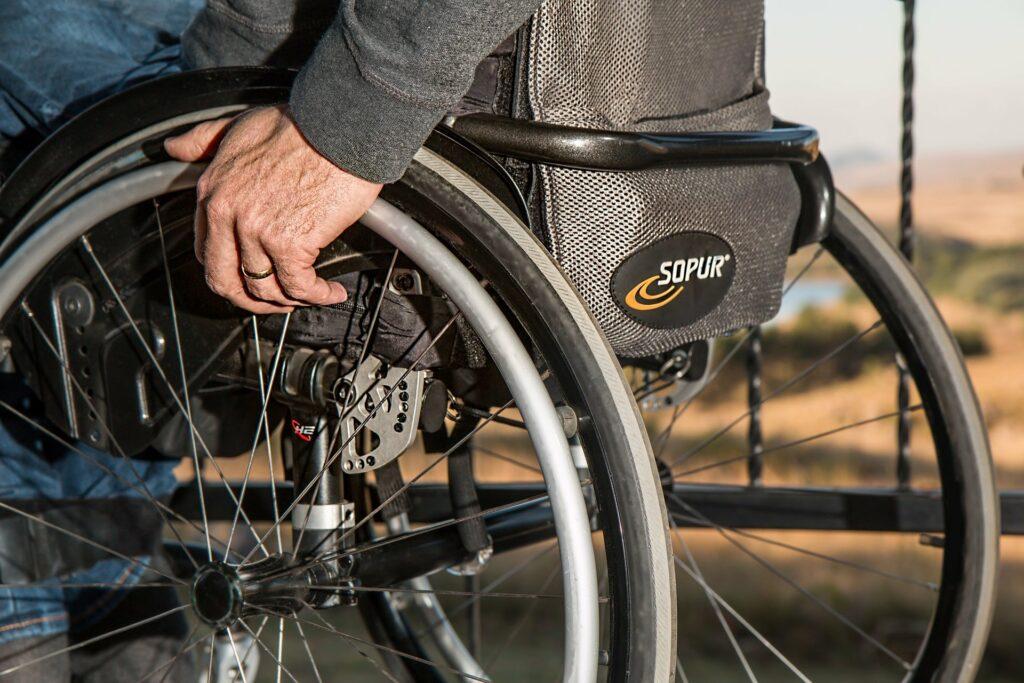 Bild eines Rollstuhlfahrers, vielleicht nach einem Autounfall.